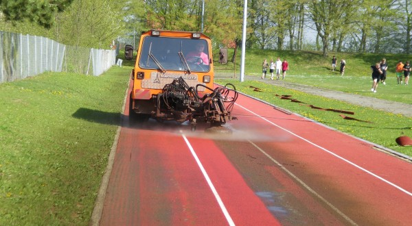 Cleaning of synthetic grounds for sports and synthetic grass
